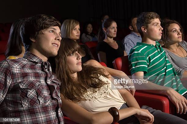 Joven pareja viendo una película
