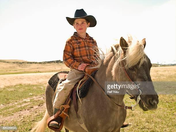 Junge cowboy auf Shetland pony