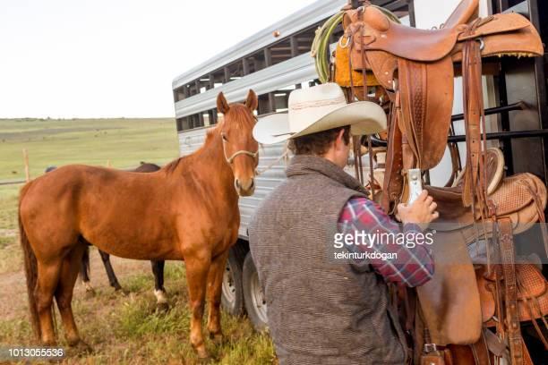 若いカウボーイがアメリカ合衆国ユタ slc ソルト レイク シティ バレー santaquin で馬を準備します。 - ウエスタン映画 ストックフォトと画像