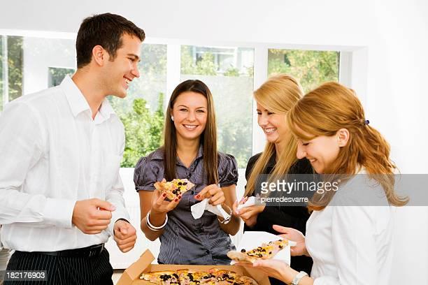 Junge Geschäftsleute, die eine pizza in der Mittagspause