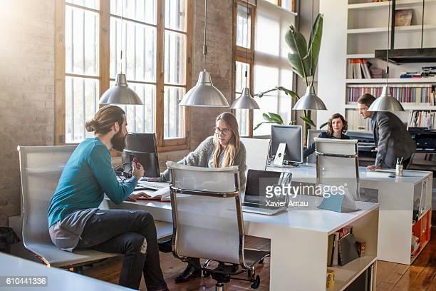 Junge kreative business-Menschen arbeiten im Büro