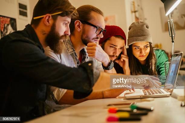 若い 創造的です のグループ togheter 同僚動作