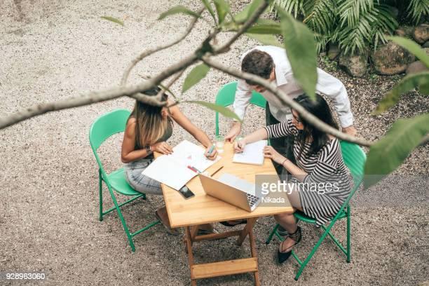 Junge Kreative Teamarbeit am Tisch für draußen