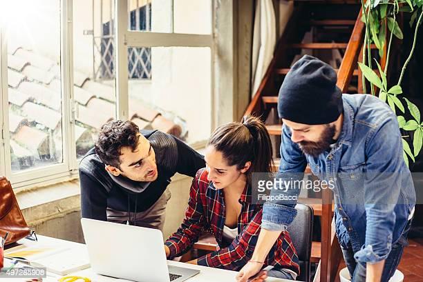 Équipe de jeunes créatifs travaillant ensemble