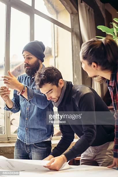 Jungen kreativen Team arbeiten zusammen,