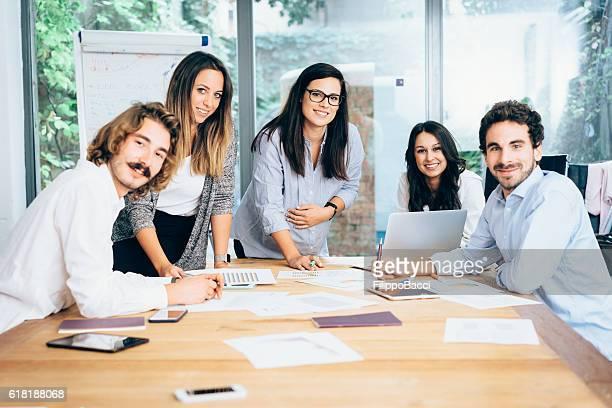 Los jóvenes creativos equipo trabajando juntos