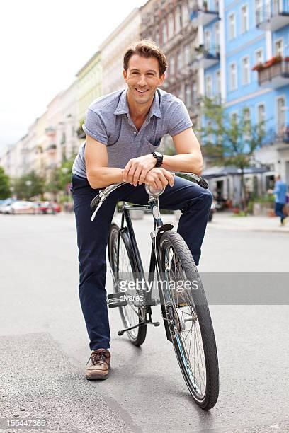 jovem ciclista em berlim - alegria imagens e fotografias de stock