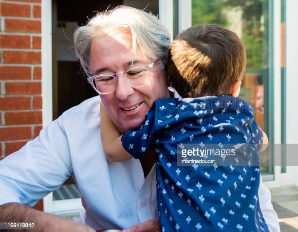 """joven papá de más de 50 jugando con el hijo en el patio de casa - """"martine doucet"""" or martinedoucet fotografías e imágenes de stock"""