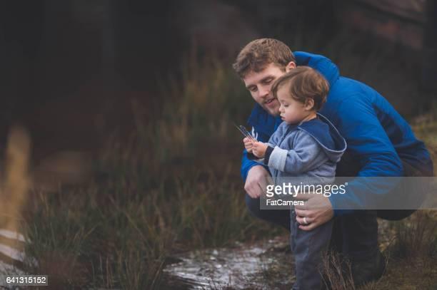 Junger Vater mit Sohn von Strom