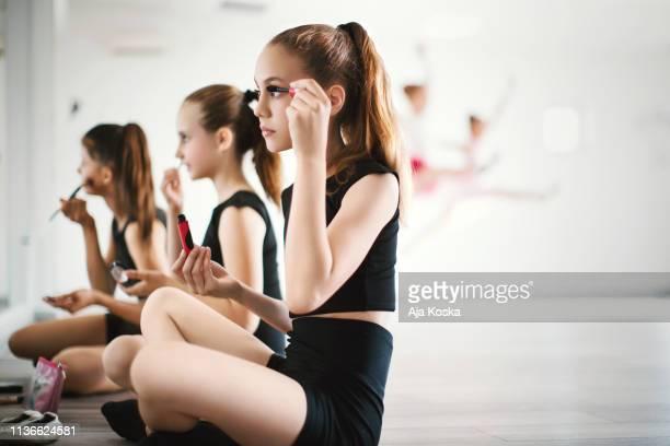 若いダンサーたちがダンスのパフォーマンスをメイクアップします。 - 舞台化粧 ストックフォトと画像