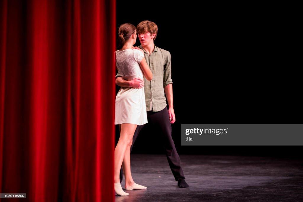 Jonge dansers het uitvoeren van op een podium voor theater : Stockfoto