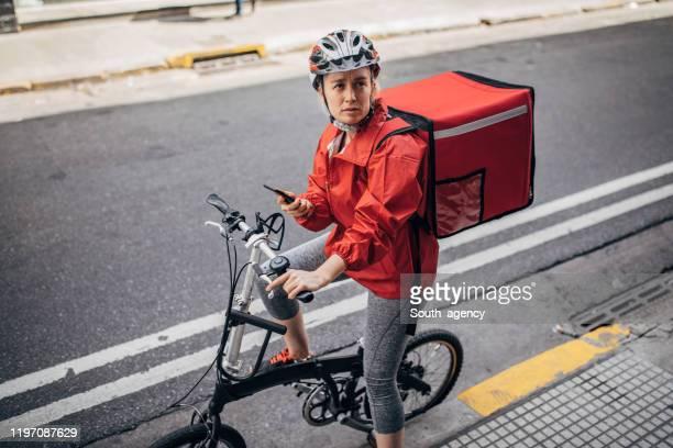 giovane fattorino per strada - montare foto e immagini stock