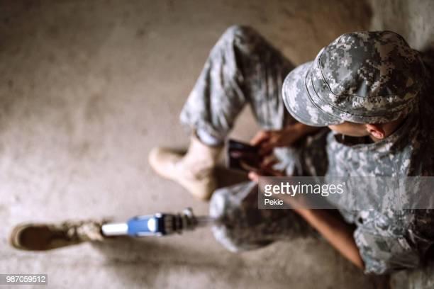 junge soldaten mit amputierten bein gedrückt - beinamputierte frauen stock-fotos und bilder