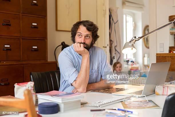 young designer brainstorming in home office. - travailleur indépendant photos et images de collection