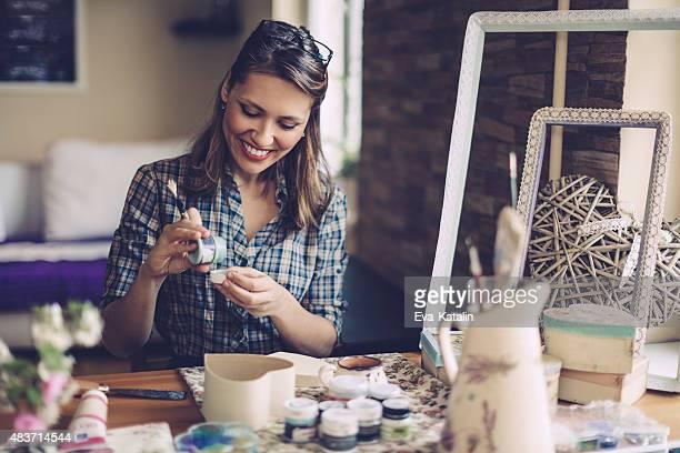 Jovem designer trabalhando em Casa