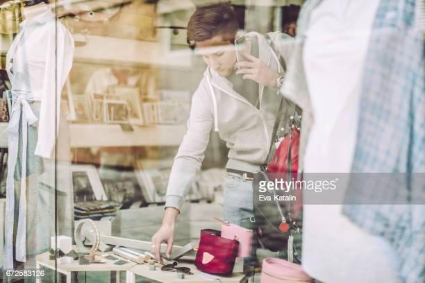 Jonge ontwerper werkt in zijn winkel
