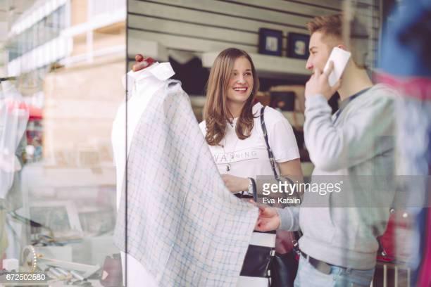 Jonge ontwerpers samen te werken in hun winkel