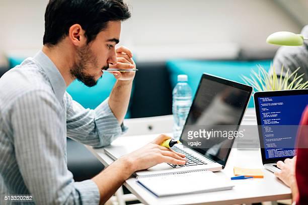 Programador de jóvenes trabajando en su oficina.