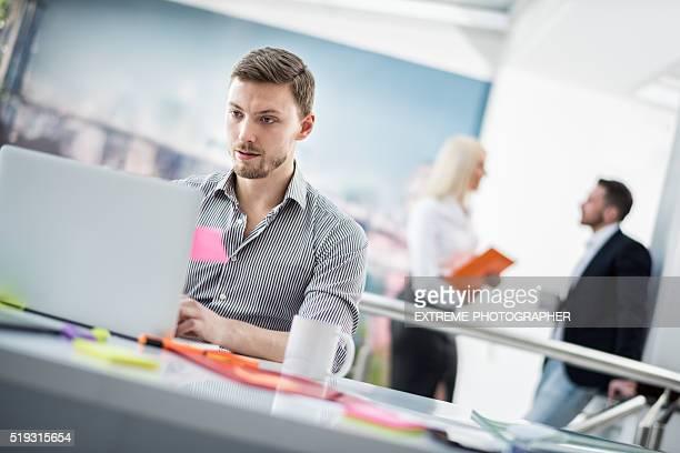 Junge Unternehmer Arbeiten mit dem Computer
