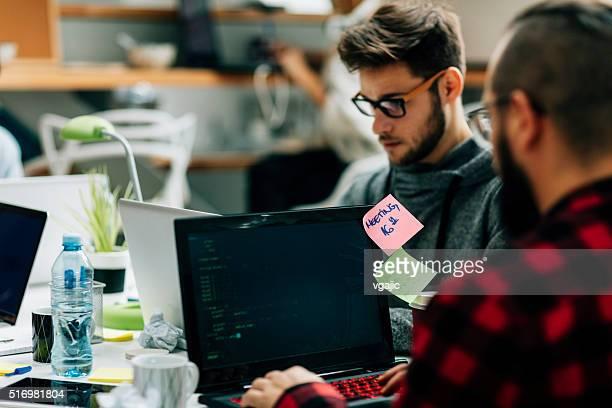Jóvenes diseñadores trabajando en su oficina.