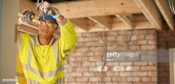 jonge elektrische stagiair - beschermende werkkleding stockfoto's en -beelden