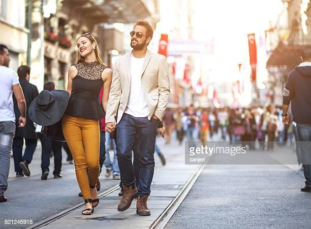 Junge elegantes Paar auf der Straße