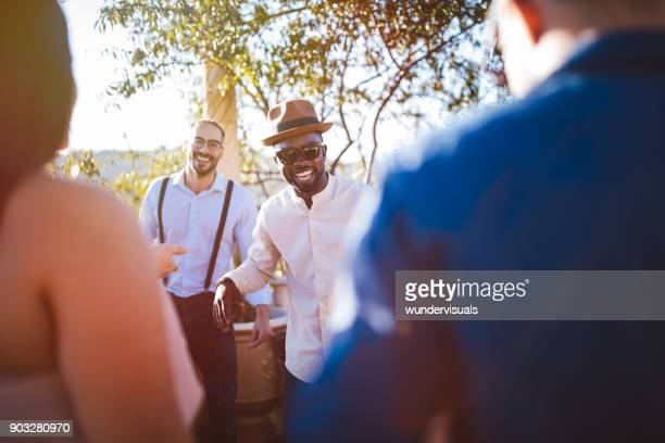 Jeunes amis multiethniques élégants s'amuser dans la maison de campagne