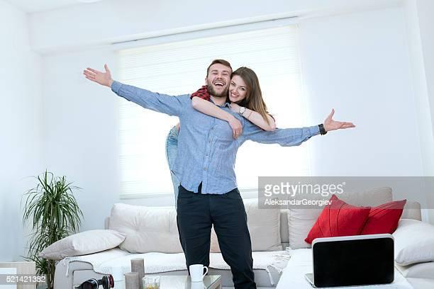 Étonnant jeune Couple dans leur nouvelle maison accueillante