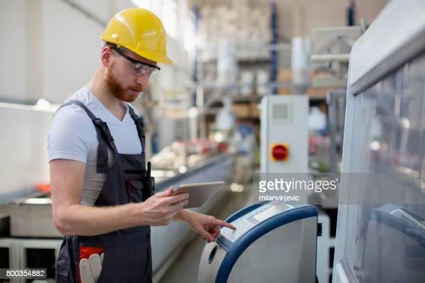 Junger Ingenieur controlling Produktion liine