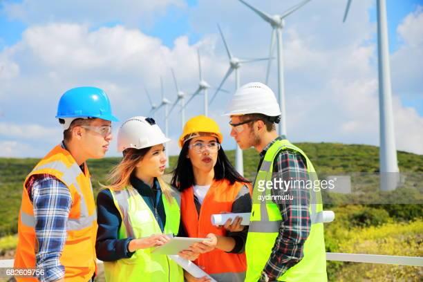 Jeunes ingénieurs travaillant dans l'éolien