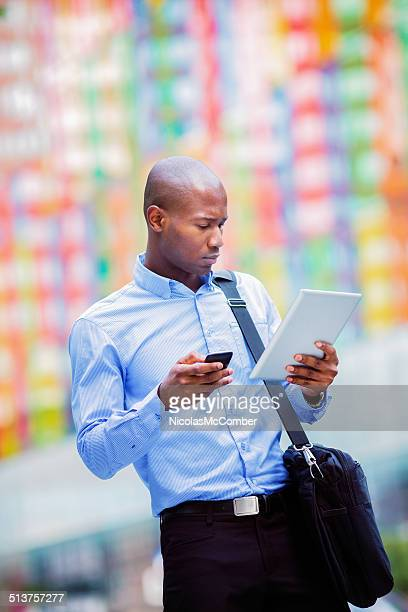 Jeune entrepreneur vérification tablette et téléphone