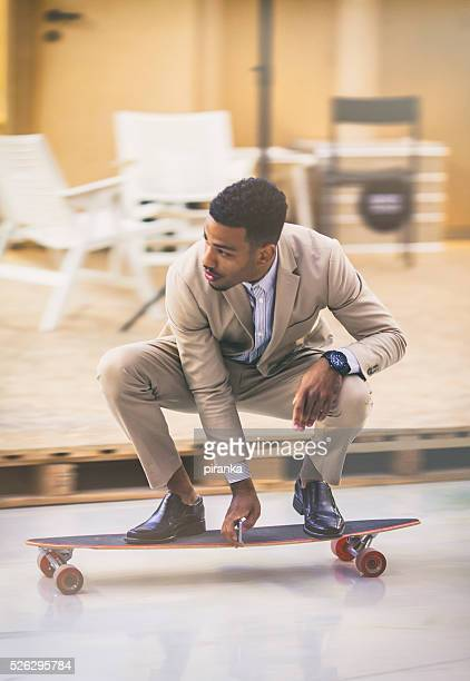 young entrepreneur skateboarding - rijden activiteit stockfoto's en -beelden