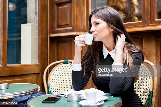 Homme d'affaires jeune prenant une pause-café propice à la réflexion et à l'Inspiration