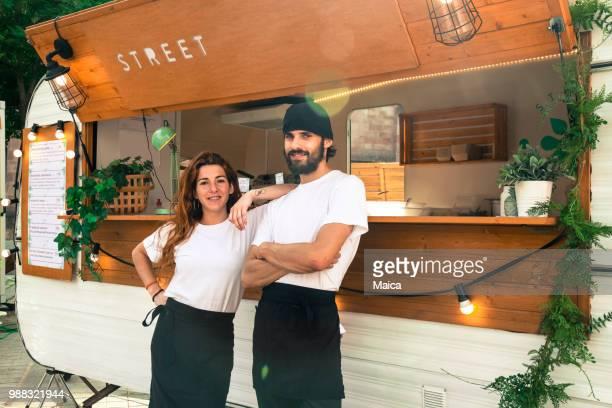 jonge ondernemers food truck - bar gebouw stockfoto's en -beelden