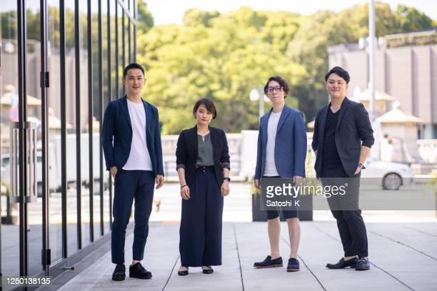 若い起業家が街に立つ - 4人 ストックフォトと画像