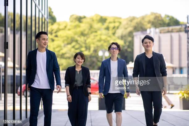 若い起業家が街を歩いている - フリーランス ストックフォトと画像