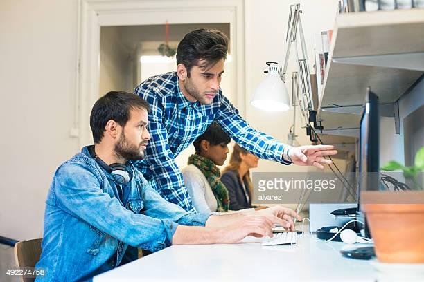 Giovani imprenditori lavorano insieme su un progetto