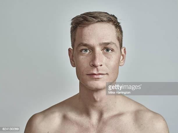 young european male with freckles - a petto nudo foto e immagini stock