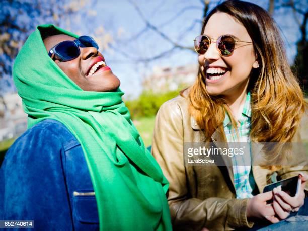 junge europäische rennen freundinnen gemischt - burka stock-fotos und bilder