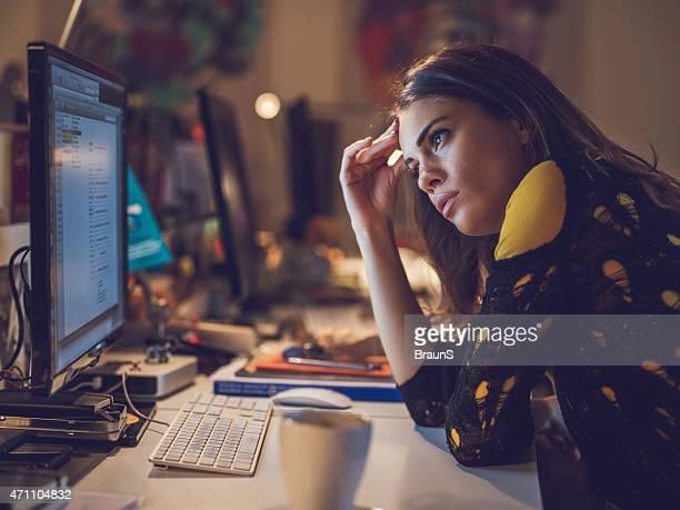 Junge Frau erschöpft Überstunden im Büro.