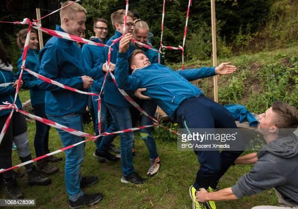 young explorers team play outdoor game - jugendmannschaft stock-fotos und bilder