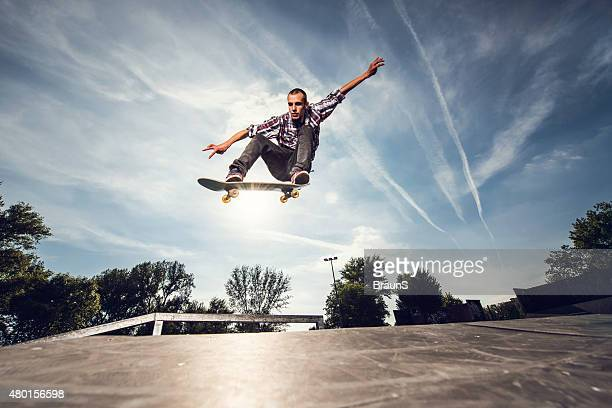 Muito jovem Praticante de skateboard praticar no parque.