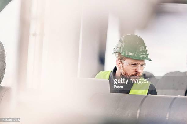 Junge Fabrik-Arbeiter, die Maschinen in der Industrie