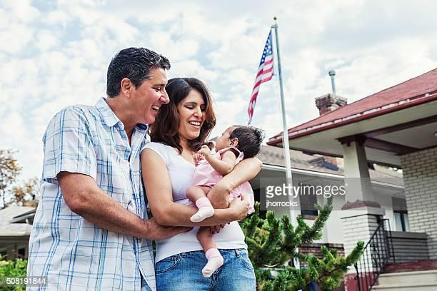 Jeune famille à la maison avec bébé fille