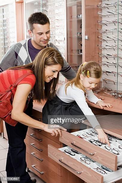 Junge Familie in der Optiker