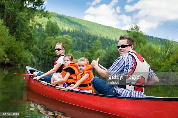 Junge Familie Kanufahren
