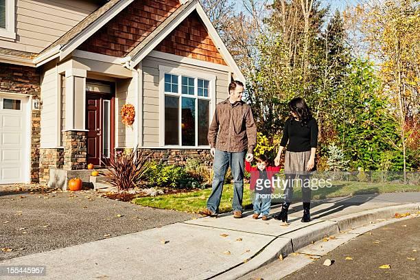 Jeune famille rentrer chez soi après une marche