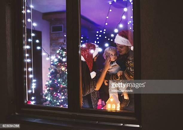 Junge Familie in der Weihnachtszeit Nacht