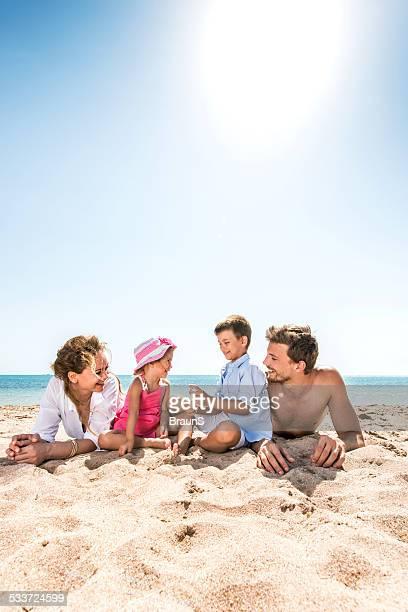 Giovane famiglia godendo in spiaggia.