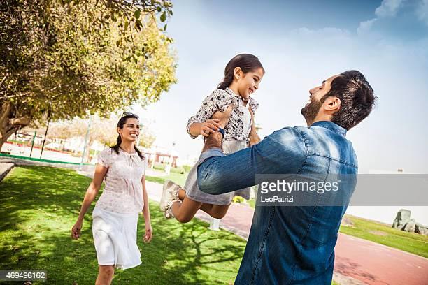 Jovem família desfrutar de vida ao ar livre em um Parque da cidade